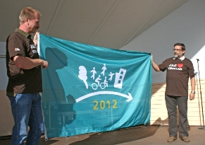 Photo of Per Eriksson, Mayor of Askersund, and Francesc Aragall, President of the Design for All Foundation, holding the Flag