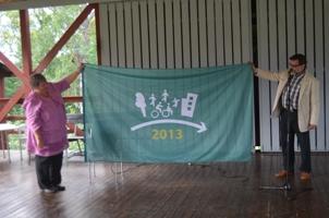 Sollefteå Mayor Elisabet Lassen and Design for All Foundation President Francesc Aragall holding the Flag