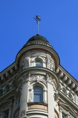 Photo of a white, historic building in Helsinki against a blue sky