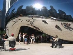 Visiteurs à la sculpture 'Cloud Gate' à Chicago